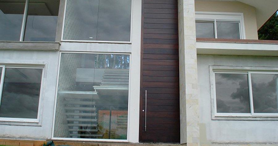 5 benefícios de optar pela porta sob medida para a sua obra residencial